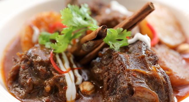 Brasilianisches Rindfleisch Curry rot