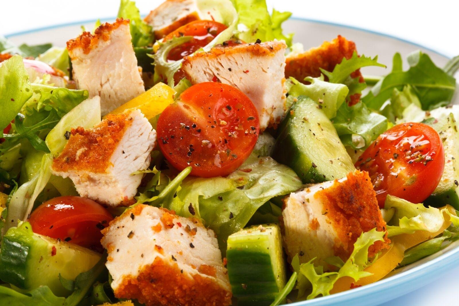 Salatteller mit Crunchy Chicken-Streifen